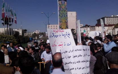تجمع مقابل مجلس و سوال از آقای ظریف